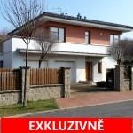 ( Pronajato ) Pronájem rodinného domu 5+1 s terasami, 2 koupelnami, dvougaráží a udržovanou zahradou, ul. Pod Valem II, Praha - Průhonice